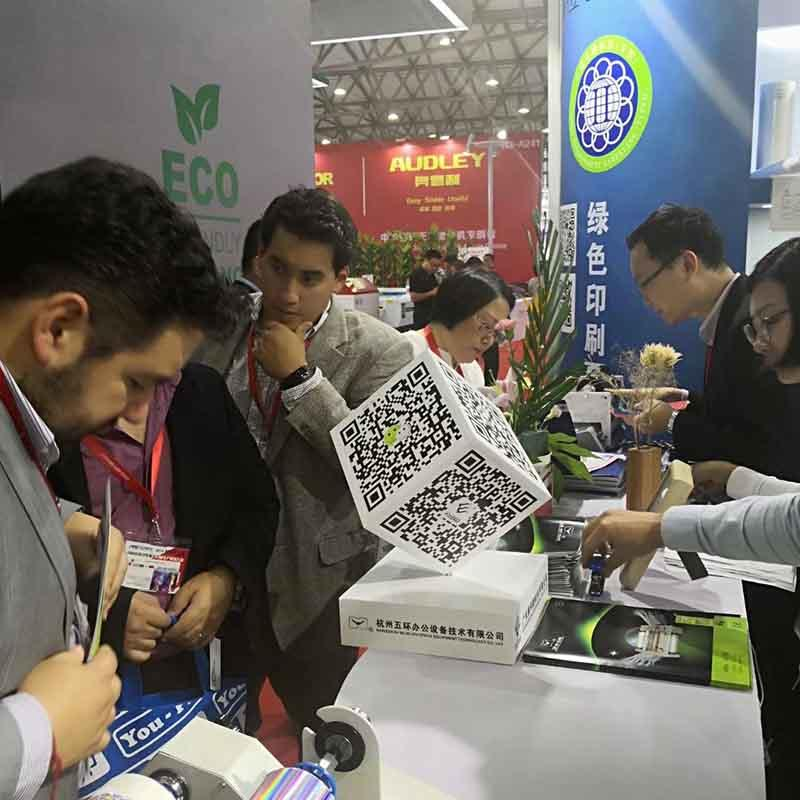 Customer from Italy consults about digital sleeking film in Print 18 Chicago Exhibition (2)